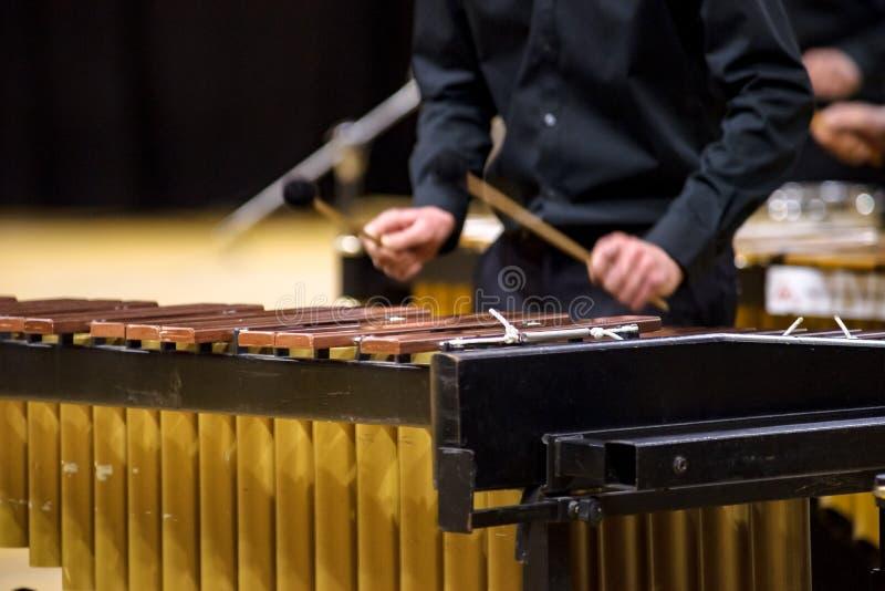 Jogador do xilofone, do marimba ou do malho com varas, fotos de stock