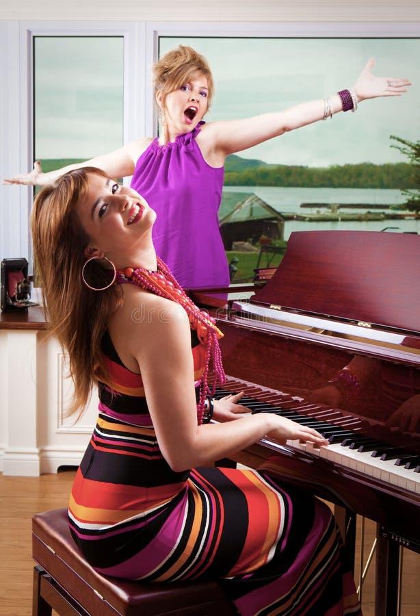 Jogador e cantor de piano foto de stock