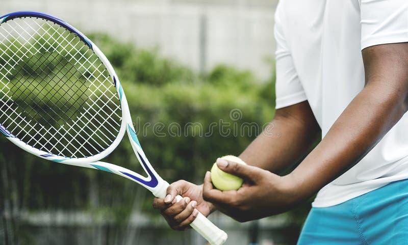 Jogador que prepara-se para um saque no tênis fotografia de stock