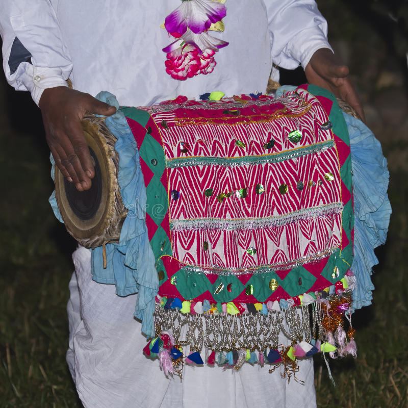 Jogador tradicional do cilindro de Taru em Terai, Nepal foto de stock