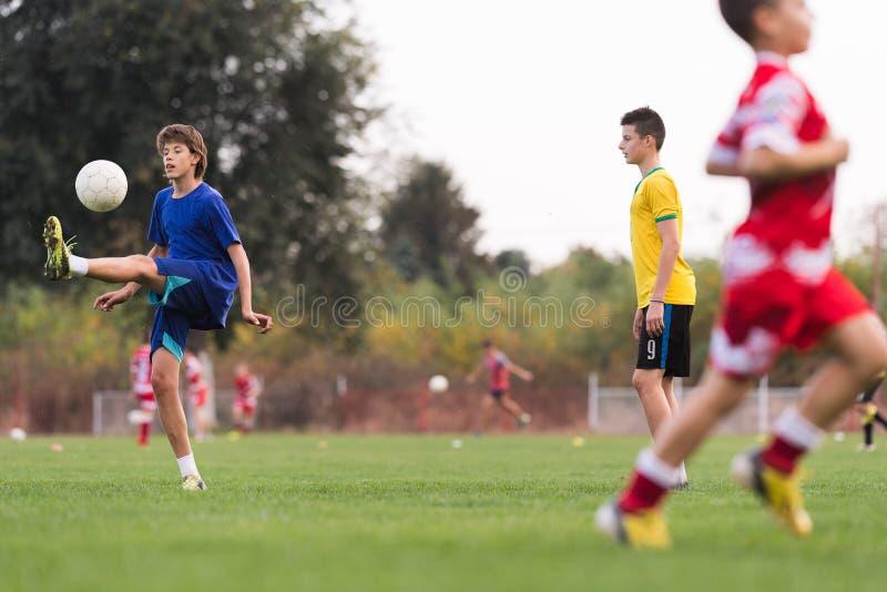 Jogadores das jovens crianças no fósforo de futebol imagens de stock royalty free
