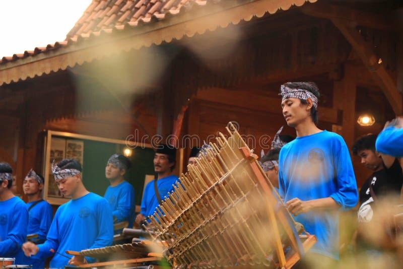 Jogadores de Angklung na a??o em um evento imagem de stock royalty free