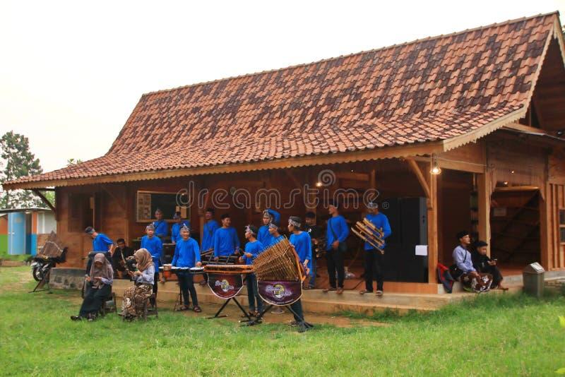 Jogadores de Angklung na a??o em um evento fotografia de stock royalty free