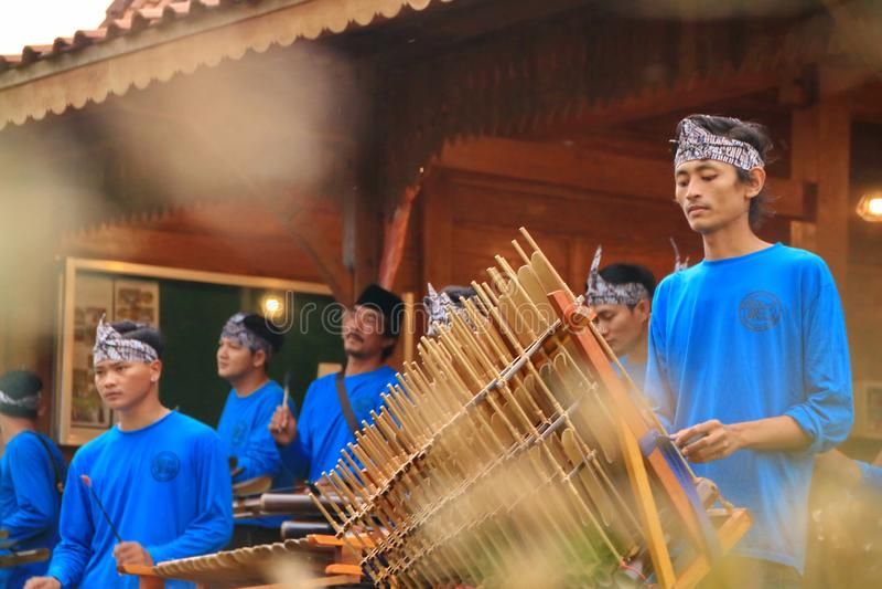 Jogadores de Angklung na a??o em um evento imagens de stock royalty free