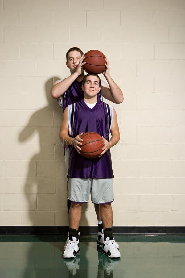 Jogadores de basquetebol altos e curtos fotos de stock royalty free