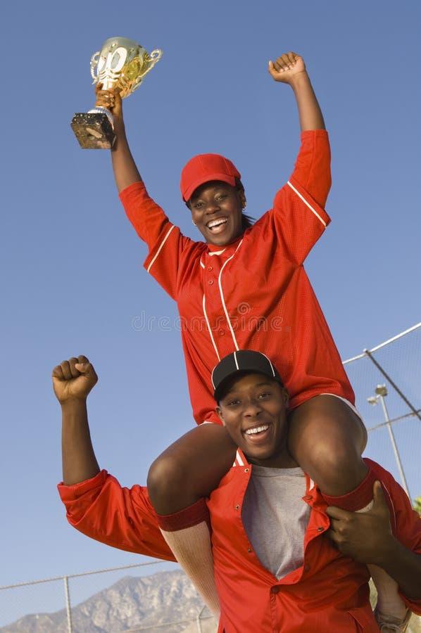 Jogadores de beisebol americanos africanos com troféu foto de stock royalty free