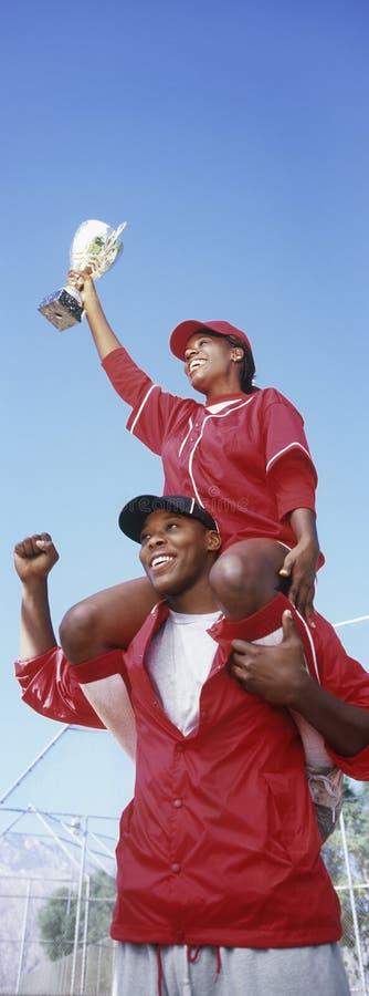 Jogadores de beisebol com troféu foto de stock
