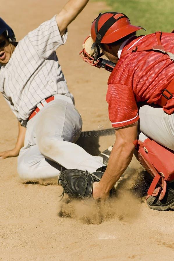 Jogadores de beisebol na base imagens de stock royalty free