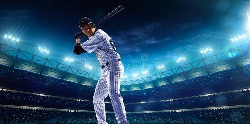 Jogadores de beisebol profissionais na arena grande da noite foto de stock