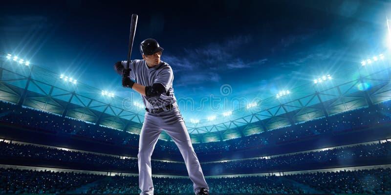 Jogadores de beisebol profissionais na arena grande da noite fotos de stock royalty free