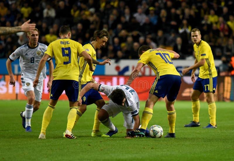 Jogadores de equipe nacional Marcus Berg da Suécia, Kristoffer Olsson, Jakob Johansson contra o defensor Georgi Dzhikiya de Rússi fotos de stock