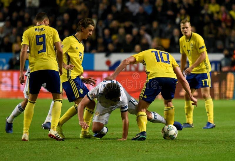 Jogadores de equipe nacional Marcus Berg da Suécia, Kristoffer Olsson, Jakob Johansson contra o defensor Georgi Dzhikiya de Rússi fotografia de stock