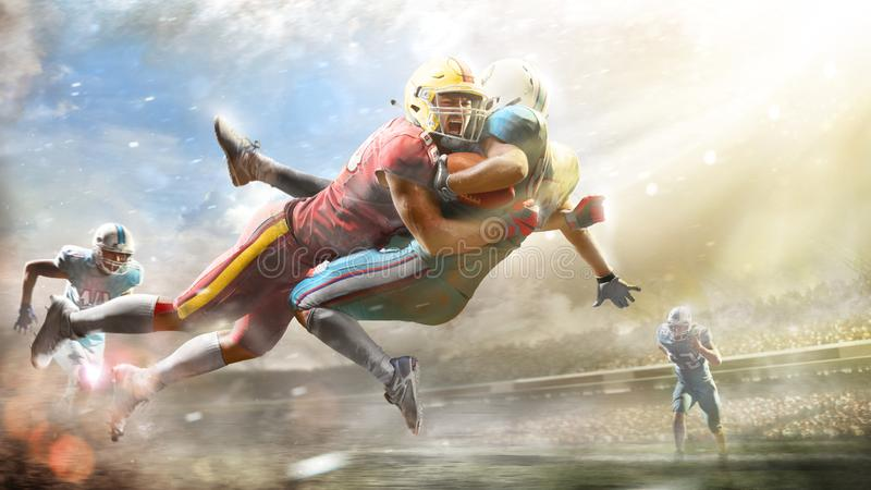 Jogadores de futebol americano na arena grande da a??o fotos de stock royalty free