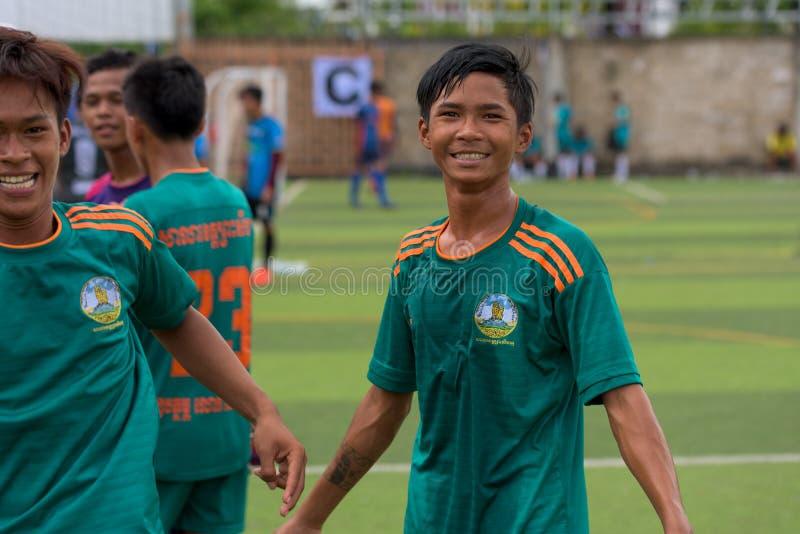 Jogadores de futebol cambojanos felizes após o fósforo wining imagem de stock
