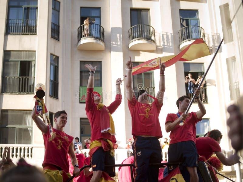 Jogadores de futebol espanhóis com copo de mundo imagem de stock royalty free