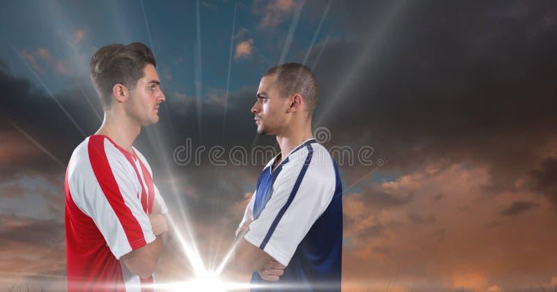 jogadores de futebol muito sérios que olham-se dia nebuloso, luz fotografia de stock