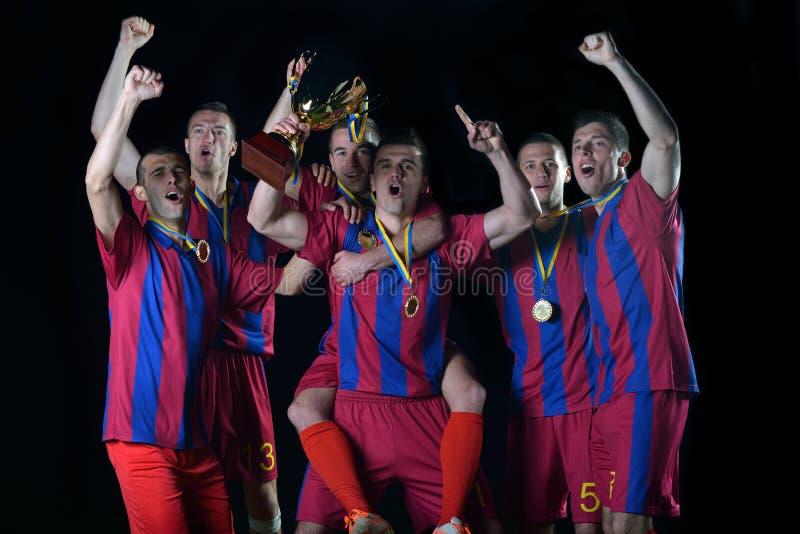 Jogadores de futebol que comemoram a vitória imagens de stock