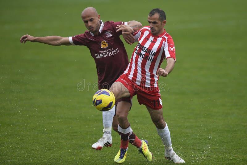 Jogadores de futebol que lutam pela bola fotos de stock