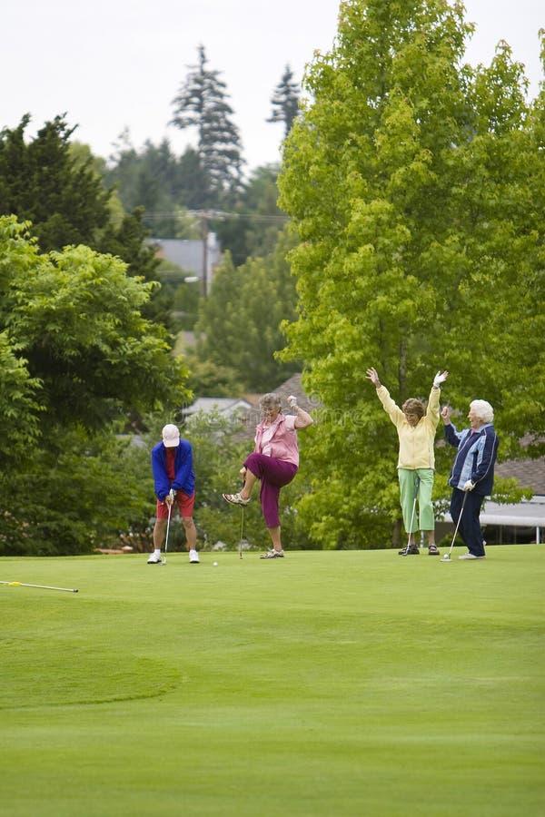Jogadores de golfe felizes das mulheres fotografia de stock royalty free