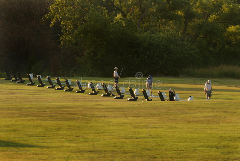 Jogadores de golfe que aquecem imagens de stock royalty free