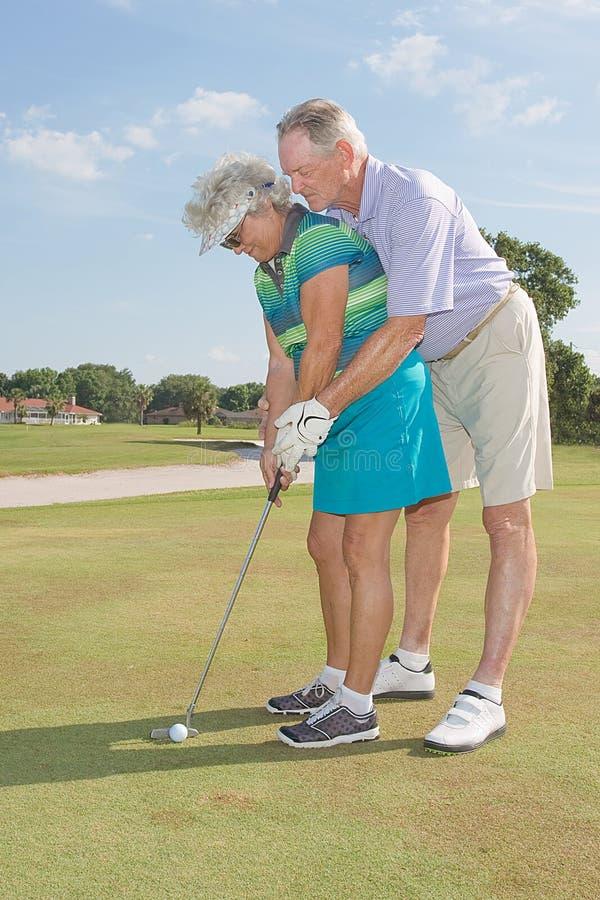 Jogadores de golfe sênior imagens de stock
