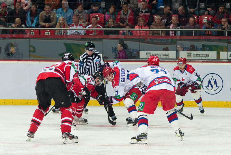Jogadores de hóquei de CSKA (Moscou) e a luta de Donbass (Donetsk) para o disco imagem de stock