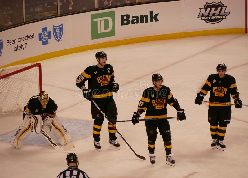 Jogadores de hóquei dos Boston Bruins imagens de stock