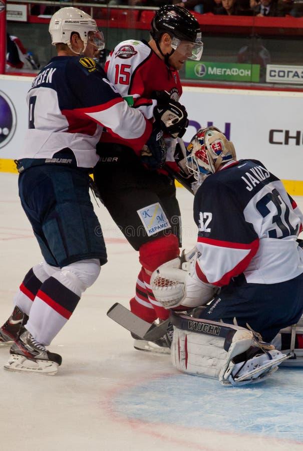 Jogadores de hóquei em gelo da equipe Slovan (Bratislava) e o Donbass (Donetsk) foto de stock royalty free