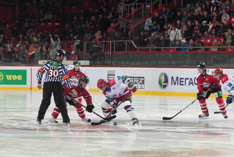 Jogadores de hóquei em gelo de Donbass (Donetsk) e de CSKA (Moscou) foto de stock royalty free