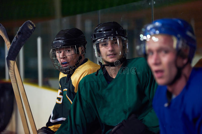 Jogadores de hóquei em gelo no banco imagens de stock royalty free