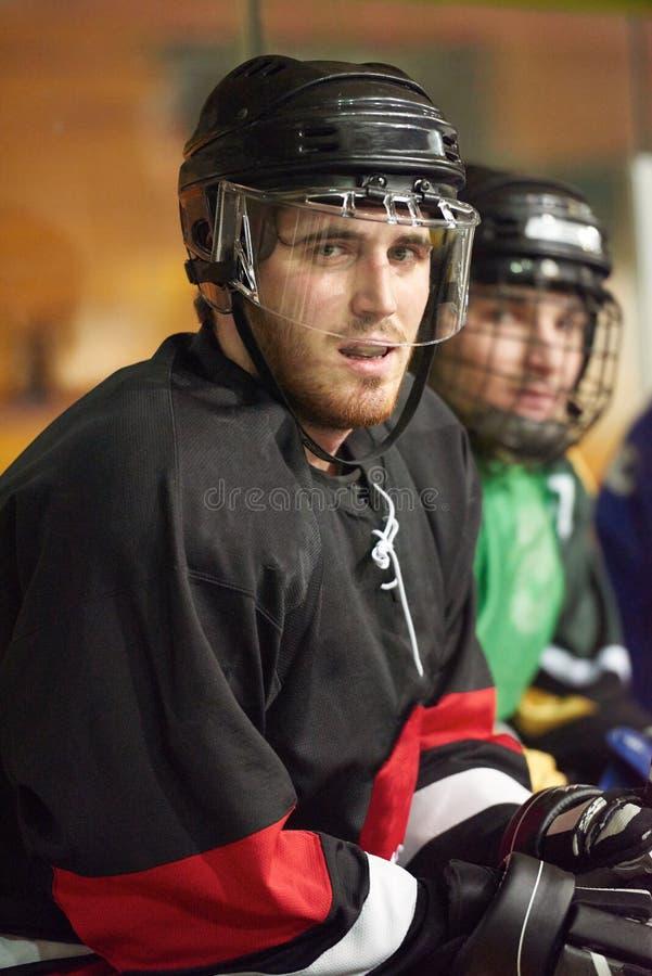 Jogadores de hóquei em gelo no banco imagens de stock