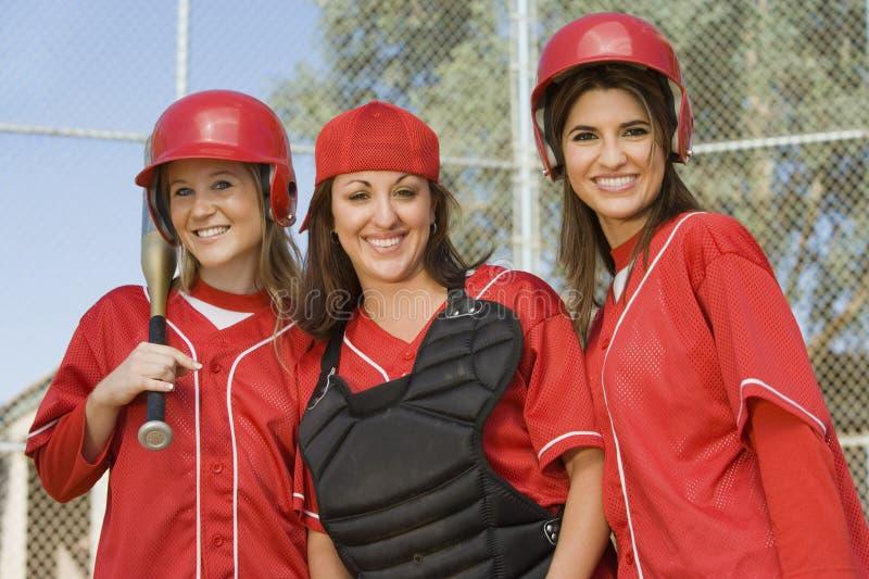 Jogadores de softball fêmeas novos foto de stock