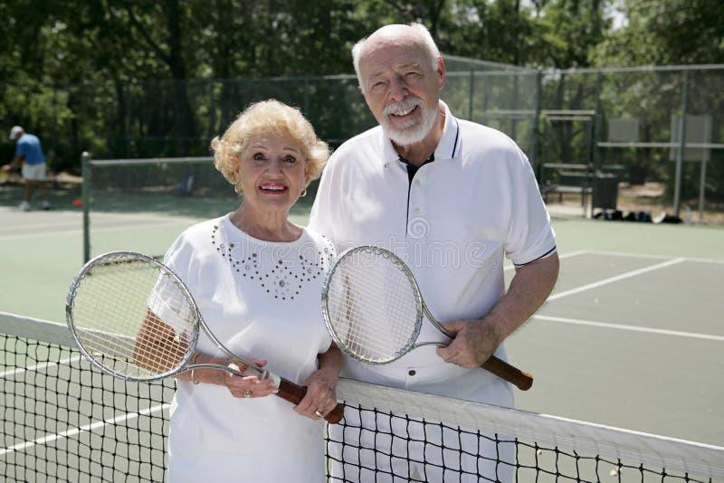 Jogadores de ténis sênior ativos fotografia de stock