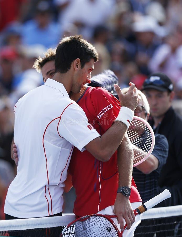 Jogadores de tênis profissionais Stanislas Wawrinka e Novak Djokovic após o fósforo de semifinal no US Open 2013 imagens de stock royalty free