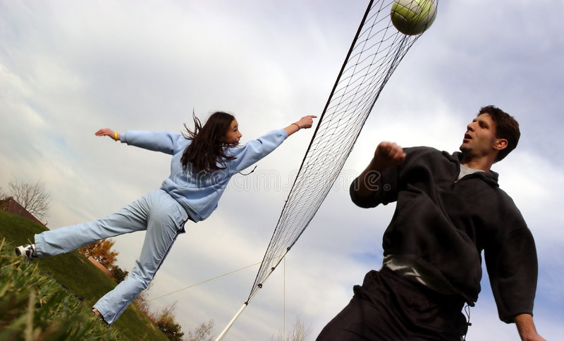 Jogadores de voleibol dos pares foto de stock