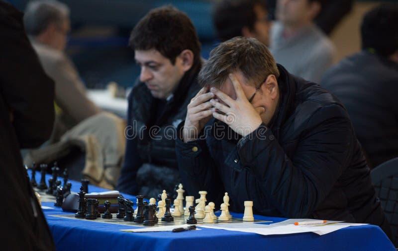 Jogadores de xadrez durante gameplay em um detalhe local do competiam imagem de stock royalty free