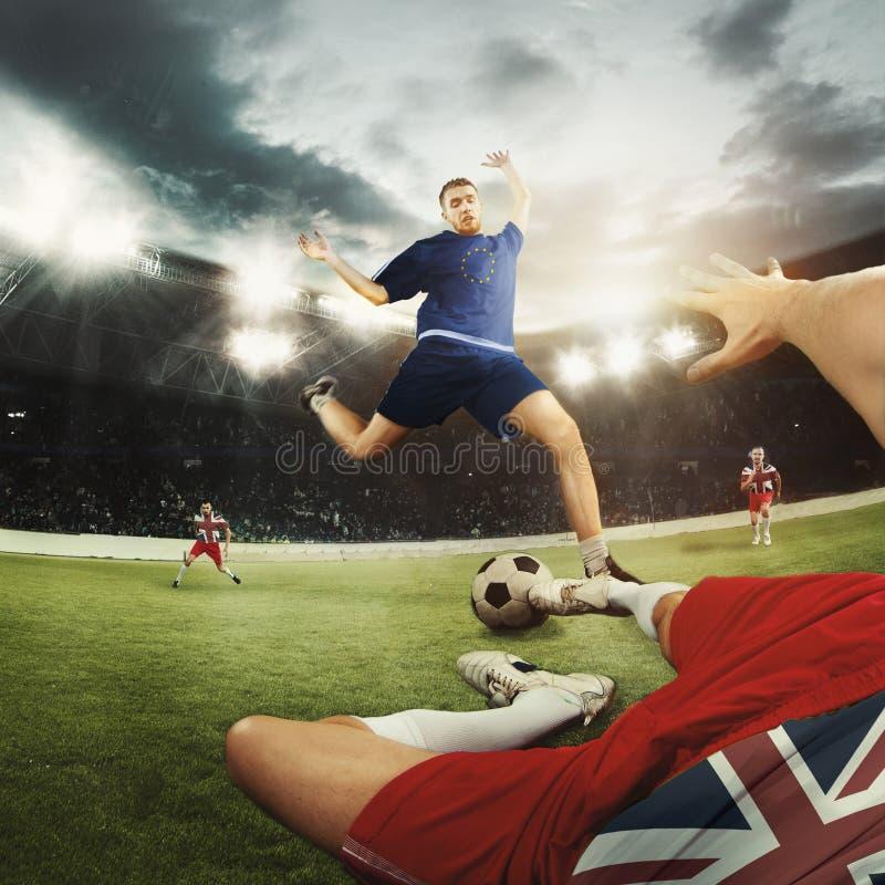 Jogadores do futebol ou de futebol coloridos em Reino Unido e em bandeiras europeias da unidade imagens de stock