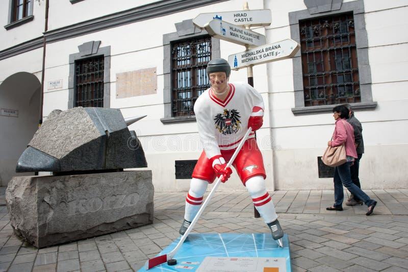 Jogadores do hóquei nas ruas de Bratislava imagem de stock