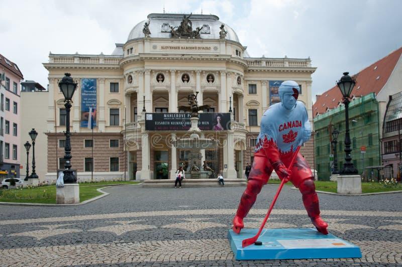 Jogadores do hóquei nas ruas de Bratislava fotografia de stock royalty free