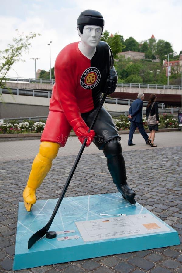 Jogadores do hóquei nas ruas de Bratislava fotografia de stock
