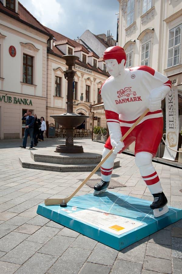 Jogadores do hóquei nas ruas de Bratislava imagens de stock royalty free