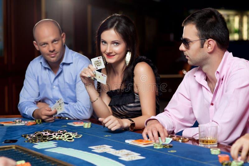Jogadores do póquer na tabela imagens de stock