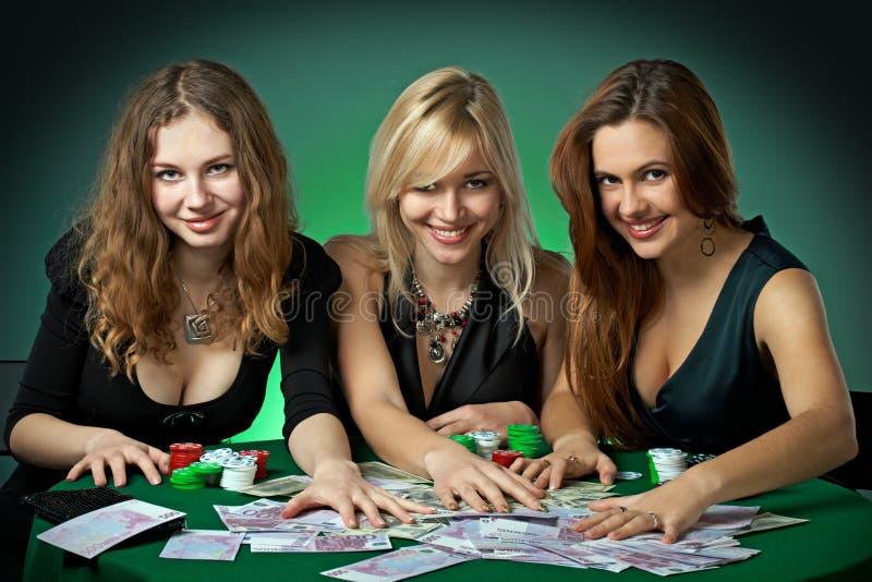 Jogadores do póquer no casino com cartões e chipsv imagens de stock royalty free