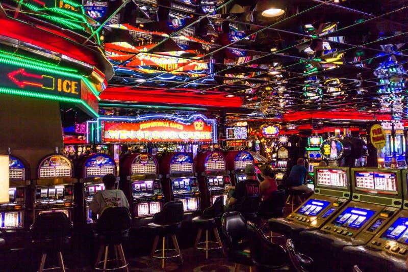 Jogadores do slot machine no casino de Las Vegas fotos de stock