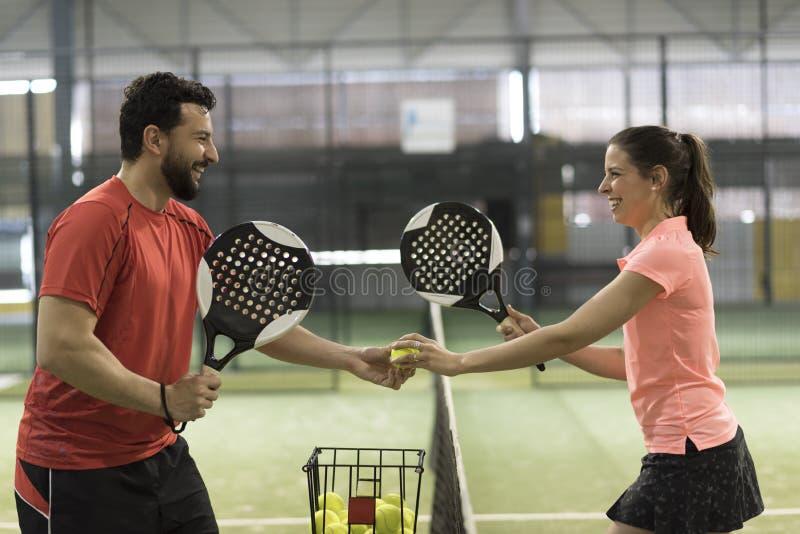 Jogadores dos pares do tênis da pá prontos para a classe imagens de stock royalty free