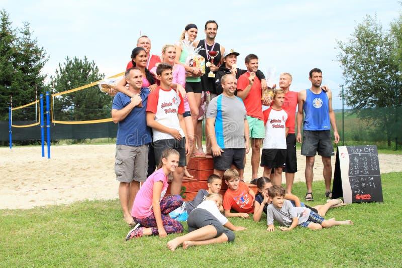 Jogadores e vencedores do competiam no voleibol de praia foto de stock royalty free