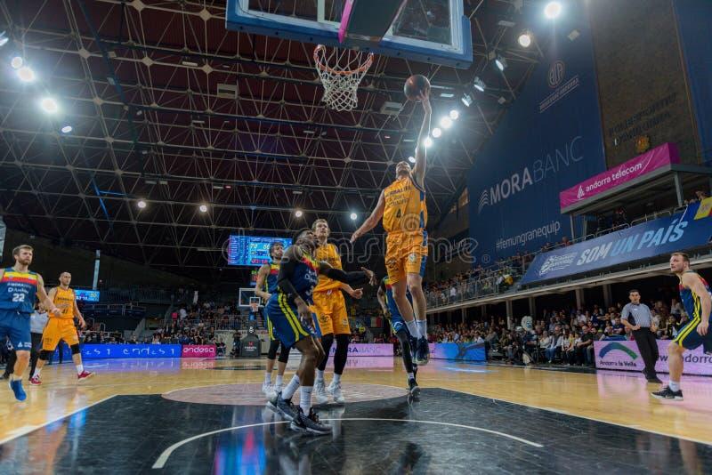 Jogadores na ação na harmonia de Liga Acb Endesa entre Mora Banc Andorra BC e Herbalife Gran Canaria, contagem final 99 - 85, em  imagens de stock royalty free
