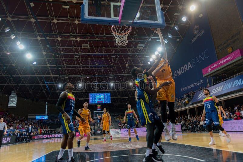 Jogadores na ação na harmonia de Liga Acb Endesa entre Mora Banc Andorra BC e Herbalife Gran Canaria, contagem final 99 - 85, em  imagens de stock