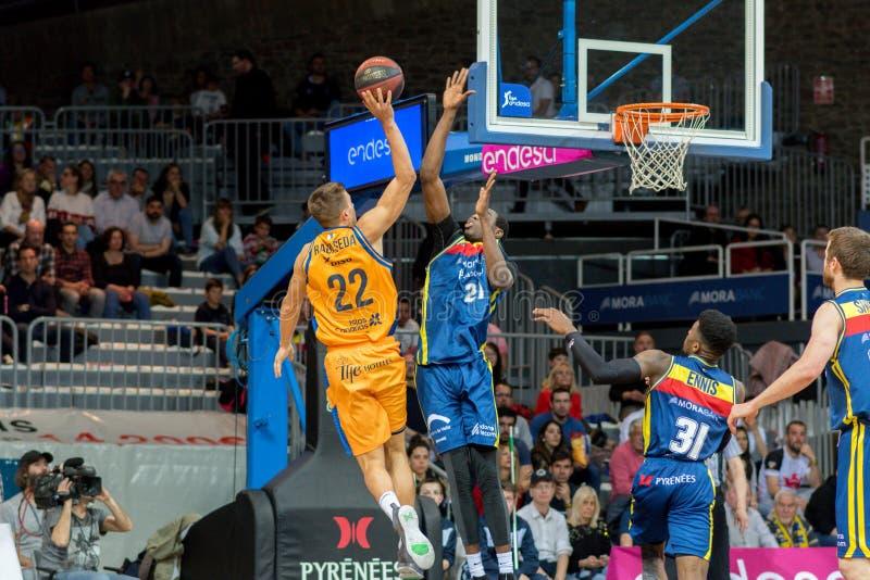Jogadores na ação na harmonia de Liga Acb Endesa entre Mora Banc Andorra BC e Herbalife Gran Canaria, contagem final 99 - 85, em  fotografia de stock