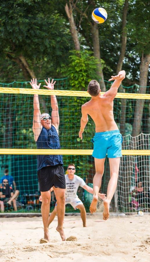 Jogadores no competiam do voleibol de praia fotografia de stock